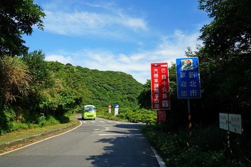 108公車行駛於巴拉卡公路鞍部站 - 陽明山遊園景點