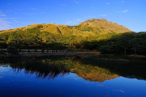 冷水坑生態池映金色七星山 - 陽明山遊園景點