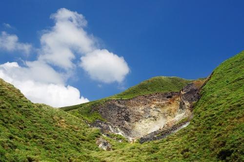 小油坑橋上眺望小油坑爆裂口 - 陽明山遊園景點