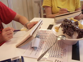 2015和2016年在畫室 與咖啡館或戶外寫生教學:專心在水涴豆花店速寫剉冰的學生