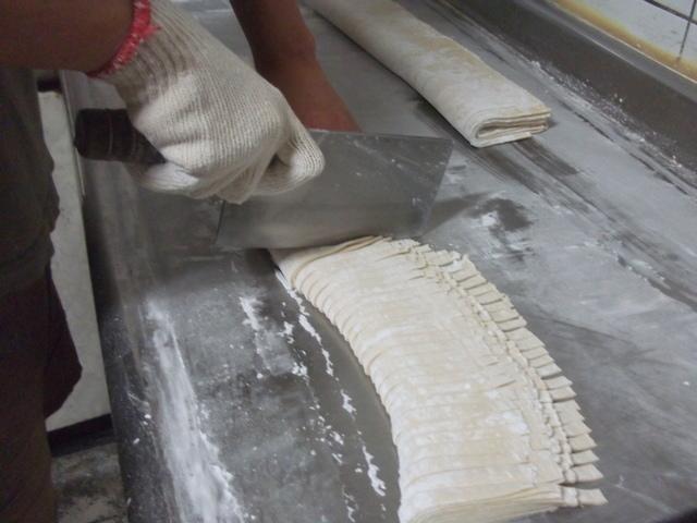 手作麵條:刀刀切出粗細一致的麵條 - 日照小館的特色