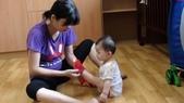 Baby家族:伸出腳讓人穿襪子