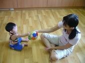 Baby家族:主動拿物品給大人