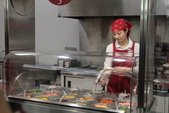 日本関西地方への旅行二回目:高圧空気で乾燥食材をクリーン中の館員。