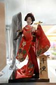 東京散策一日目=スカイツリーとの出会い:ホテルの売店にデモされてる日本人形。値段はちょっと。。。