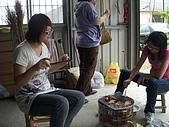 雨天烤肉趣:小楓正要嘗試烤焦的丸子....