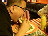 20110116 Gary Bee '69:漢堡大到都快一口咬不下了~O_O