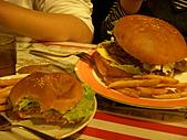 20110116 Gary Bee '69:大小漢堡差這麼多~O.O