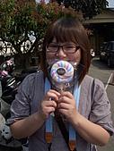 2011員工旅遊:一開始就拿到毛巾棒棒糖的小楓~