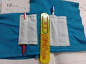 客製化款式介紹:女版POLO衫加筆插可選擇左方製作方式,因袖長較短,但筆若沒放好較容易落下。