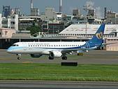 自己拍攝的飛機照片:02華信 E190 03