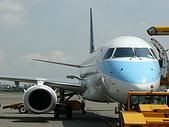 自己拍攝的飛機照片:02華信 E190 02