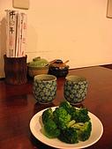 牛耳精緻麵館:很有質感的杯子,筷子簍旁的是辣油和酸菜