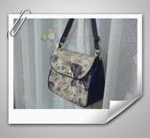 拼布-大包小包:紫色優雅玫瑰花防水斜背包2.jpg