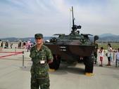 2011松山機場:裝甲車可以開在水裡喔!.JPG