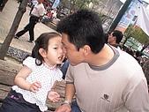 歆妤Baby-2~3歲:爸比~這裡可是公共場所ㄟ,這樣我會拍謝啦!