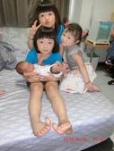 宇崴 週歲前:20180816-01-日本姐姐抱抱.jpg