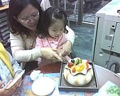 歆妤Baby-2~3歲:我來切蛋糕請大家吃吧!