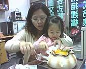 歆妤Baby-2~3歲:媽咪~妳幫我裝盤,我來發給大家.