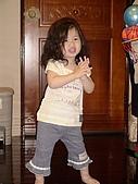 歆妤Baby-2~3歲:媽咪今天又幫我敗家了,我要跳舞來答謝他.