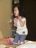 歆妤Baby-2~3歲:當然~免不了要高歌一曲才夠誠意ㄚ.