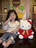 歆妤Baby-2~3歲:不過~要跟KITTY照相我精神又來了.