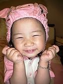 歆妤Baby-2~3歲:不然~這樣像不像我的麻吉-兔兔ㄚ??