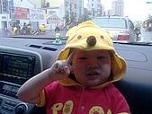 歆妤Baby-2~3歲:雖然下著雨還是要出門送貨喔