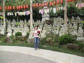 歆妤Baby-2~3歲:我後面是羅漢的雕像,每一尊都不依樣喔!