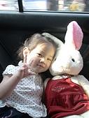 歆妤Baby-2~3歲:耶~我把剛剛流了滿身汗的衣服給我最麻吉的兔兔穿喔!