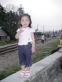 歆妤Baby-2~3歲:耶~看到鐵路就知道目的地到了.