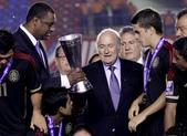 news:2013 年,中北美和加勒比地區足聯主席傑弗里 · 韋伯(左)和國際足聯主席塞普 · 布拉特出席 Concacaf U17 冠軍杯比賽。.jpg