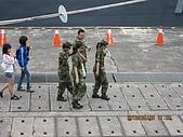 100509 1郵輪列車 北方澳軍艦參觀530#武夷軍艦(補級艦):100509 023女兵邊走邊喝飲料.jpg