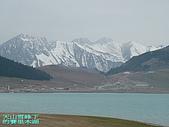 南北疆旅行之二掀開序幕:DSCF2798天山雪峰下的賽里木湖.jpg