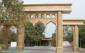 南北疆之42核桃王神木園:08神木園牌樓背後即千米葡萄長廊.JPG