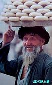 南北疆之56新疆的饢文化:02頂在頭上賣.JPG