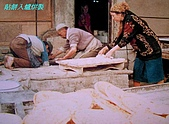 南北疆之56新疆的饢文化:04貼餅入爐烘製.JPG