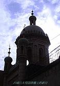 南北疆之47喀什古城中的古城:31古城巨大穹頂塔樓上的新月.JPG
