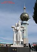 南北疆旅遊之20特克斯縣八卦城:18碩果塑像與城中心展望塔.jpg