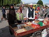 南北疆旅遊之20特克斯縣八卦城:19農業二大隊家人在廣場擺攤做生意.JPG