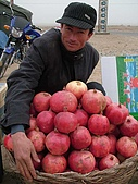 南北疆之45屋簷下的喀什(下):20石榴與小販.JPG