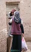 南北疆之47喀什古城中的古城:18巷底的女人.jpg