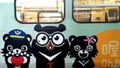 巧遇 喔熊微笑觀光彩繪列車~就在18:16苗栗1244班次的區間車:喔熊微笑觀光彩繪列車013.jpg